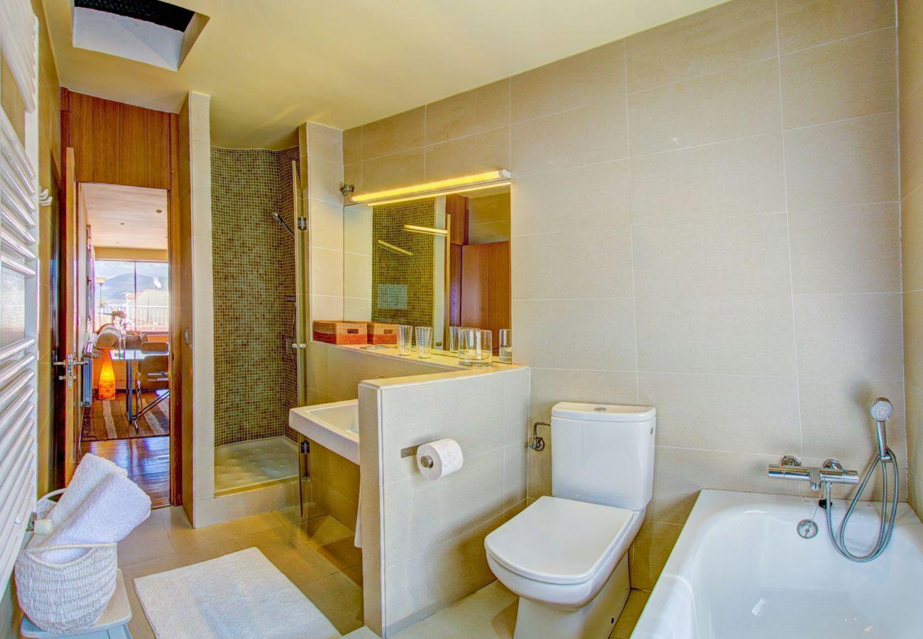El ático tiene un baño con ducha y bañera.